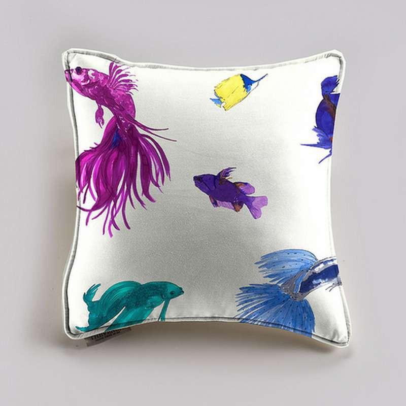 Glowing Fish Coussin et taie (2 dimensions) Tissu coton Thevenon Prune Cirelli