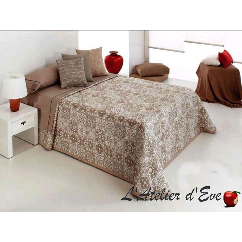 couvre lit beige fa on patchwork fulton de reig marti. Black Bedroom Furniture Sets. Home Design Ideas