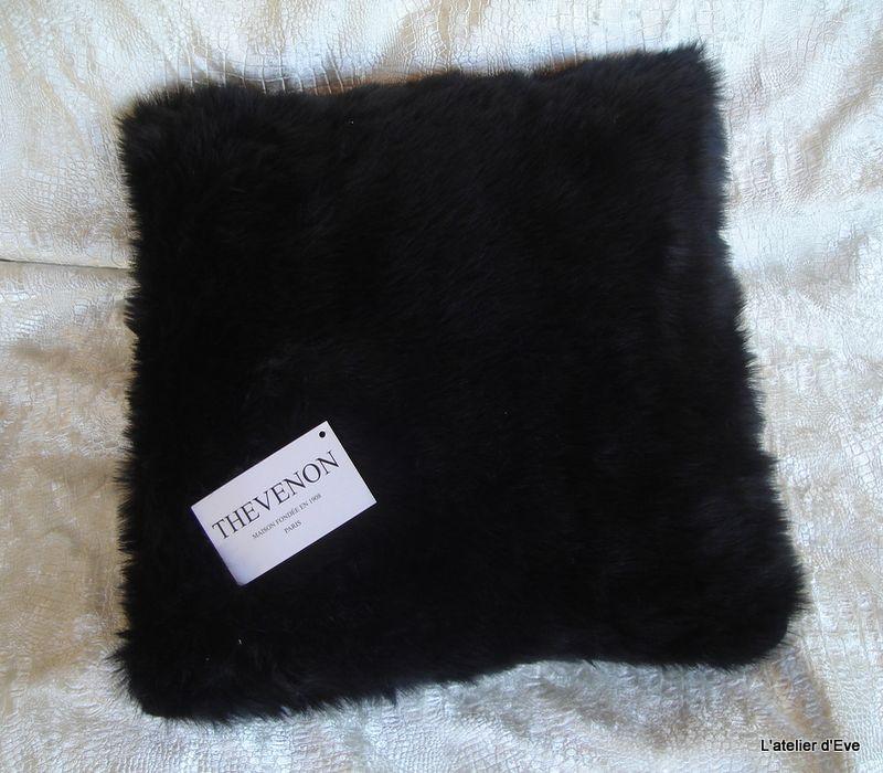 housse de coussin fausse fourrure vison noir 45x45cm thevenon. Black Bedroom Furniture Sets. Home Design Ideas