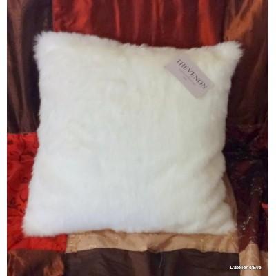 Housse de coussin fausse fourrure vison blanc optique 45x45cm Thevenon