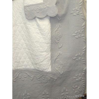 amandine-parure-boutis-traditionnel-240x260cm-2-taies-65x65cm-blanc-gris